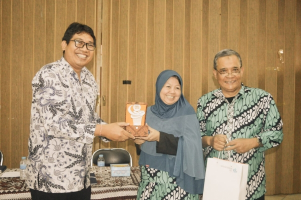 UB PRESS CONDUCTS BECHMARKING STUDY TO UGM PRESS