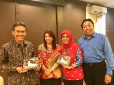 Penulis Buku di Balik Lensa Kata  Bersama Rektor UGM Prof. Ir. Panut Mulyono, M.Eng., D.Eng. dan Humas UGM Ibu Iva