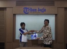 Manajer UGM Press Dr I Wayan Mustika memberikan souvenir kepada Digital Tribunjogja.com, Ikrob Didik