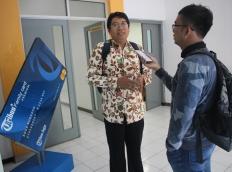 Wartawan Tribun Jogja melakukan Wawancara kepada Manajer UGM Press Dr. I Wayan Mustika
